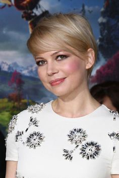 We love how Michelle Williams is growing out her #pixie!