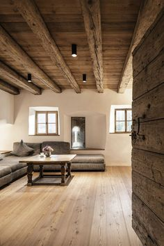 60 Awesome Farmhouse Flooring Design Ideas And Decor 57 farmhouse Interior Architecture, Interior And Exterior, Residential Architecture, Farmhouse Flooring, Wood Flooring, Wood Ceilings, Exposed Ceilings, Interior Decorating, Interior Design