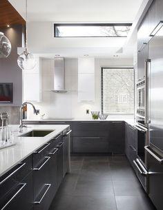 Armoires de cuisine en chêne, thermoplastique et bois reclyclé Simard cuisine et salle de bains