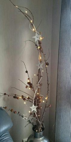 Jul, juletrestamme,  lerk, lerkekongler, skinnsnor, skinn stjerner, lyslenke  Christmas, christmas tree, larch,  pine cone,  leather stars, light chain