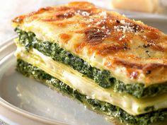 Lasaña de ricotta y espinacas: preparar las espinacas con una bechamel (harina, leche y nata y al final queso rallado parmesano) y por otro lado mezclar el queso ricotta y queso parmesano rallado y montar la lasaña.