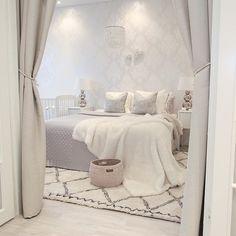 Enjoy your friday Tänään mulla on odotettu kampaaja-aika  Saan kokonaan uuden värin ja  leikkauksen  Uudesta tyylistä kirjoitan blogiin enemmän viikonlopun aikana ( toivottavasti muutos onnistuu). Sängynpäätyä odottelen saapuvaksi edelleen. Myyjä on möhlinyt toimituksen kanssa mutta toivon saavani sen maanantaina:) #makuuhuone #bedroom #bedset #petaus #myhousebeautiful