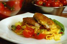 Parmezános sertésszűz, paradicsomos tésztán - sertés, paradicsomos, tészta, sajtos, egyszerű, recept, főzés, sütés | Mit főzzünk ma? Keto, Chicken, Food, Essen, Meals, Yemek, Eten, Cubs