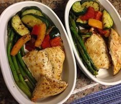 Pepper chicken breast and sautéed vegetables