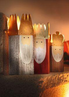 modernes Design in angesagter Shabby-Optik, auch als Teelichthalter geeignet, bemalte Holz-Figuren, Blechkronen in schimmerndem Gold