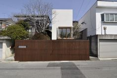 E House by D.I.G Architects...maybe i'm coming around to vertical fence boards.  maybe.