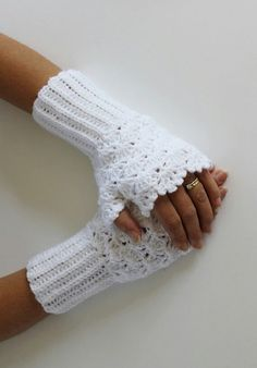 crochet fingerless mitts - this pattern is very beautiful. Crochet Wrist Warmers, Crochet Gloves, Crochet Scarves, Lace Gloves, Arm Warmers, Mode Crochet, Knit Crochet, Hand Crochet, Crochet Crafts