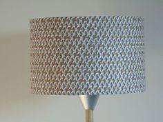Abat-Jour-cylindre-rond-motif-cubes-gris-et-dores-geo-rond-25-cm