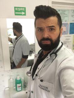 Nu stiu ce sa ma fac?! Am primit sfaturi de la pacienții mei sa fiu puțin mai rau😅 Am încercat, dar nu îmi iese. Cred ca nu ma ajuta fața😇 Voi ce ziceți...Good doctor or bad doctor ?! www.doctorlazarescu.ro