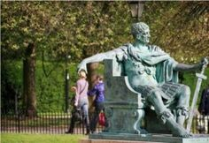 A statue grabbing a woman's head illusion. The timing on this funny photo had to be perfect! Funny Optical Illusions, Optical Illusion Photos, Funny Images, Funny Photos, Cool Photos, Epic Photos, Hilarious Pictures, Bing Images, Illusion Photography