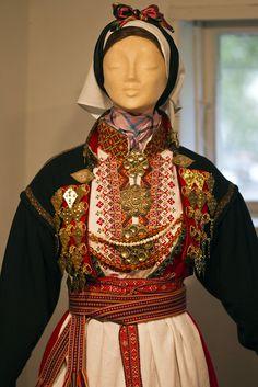 Folk Clothing, Antique Clothing, Scandanavian Fashion, Norwegian Clothing, Finger Weaving, Scandinavian Folk Art, Period Costumes, Folk Costume, Red Skirts