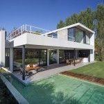 Roomy House by Estudio PKa House Layout Plans, Modern House Plans, House Layouts, Modern House Design, Future House, My House, Diy Greenhouse Plans, Bali House, Villa Design