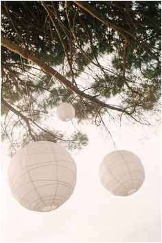 Paper lanterns to decorate an outdoor wedding reception / Photography Magic and Light / www.frenchweddingstyle.com