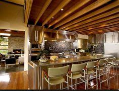 Para se divertir ou receber a família e os amigos sem sair de casa, o espaço gourmet hoje é o queridinho da dacoração.  Na busca de atender a nova demanda, construtoras e arquitetos valorizam o espaço gourmet em seus projetos como diferencial de lazer, que pode estar integrado a cozinha, na... Kitchen Dining, Layout, Contemporary, Table, Furniture, Nova, Home Decor, Gourmet Cooking, Building Companies