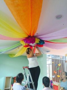 Tutorial how to decorate a party& ceilings using fabrics - Partydeko - Class Decoration, School Decorations, Birthday Decorations, Rainbow Decorations, Classroom Design, Classroom Decor, Circus Classroom, Diy And Crafts, Crafts For Kids