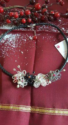 Collar unico hecho con rocalla de cristal y cordon de cuero.