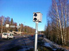 Kehä I:n varrelle asennetut 35 nopeusvalvontakameraa ovat tuottaneet sakkoja, mutta niistä on tullut riesa liikenteen sujuvuudelle, kertoo opiskelijaverkkolehti Tuima.