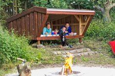 Ryk familiehyggen ud i haven og byg dit eget shelter for und Lean To Shelter, Shelter Me, Fire Pit Backyard, Home Projects, Gardening Tips, Outdoor Power Equipment, Diy And Crafts, Pergola, Cool Stuff