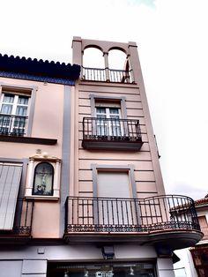 Vélez-Málaga. Edificio residencial, con arcos , hornacina y otros elementos decorativos poco habituales