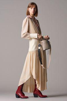 The complete Chloé Pre-Fall 2018 fashion show now on Vogue Runway. Autumn Fashion 2018, Fall Fashion Trends, Fashion Week, Love Fashion, High Fashion, Chloe, Mm Paris, Vogue, Tulip Dress