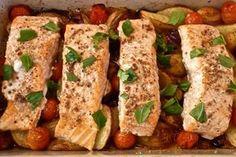 Omega-3 deposu somon balığını fırında patates ve çeri domates eşliğinde pişiriyoruz. Pratik, sağlıklı ve enfes bir somon ziyafeti iş bu kadar kolay.