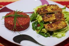 Cviklové quinoto s morčacím stejkom v parmezánovej cruste Salmon Burgers, Poultry, Chicken, Ethnic Recipes, Food, Salmon Patties, Backyard Chickens, Eten, Meals