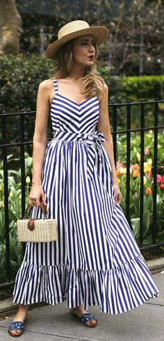 30 Dresses in 30 Days: What to Wear to a Picnic // navy and white stripe maxi dr… Backless Maxi Dresses, Striped Maxi Dresses, Casual Dresses, Fashion Dresses, Fashion Clothes, Casual Outfits, Short Beach Dresses, Summer Dresses, Mini Dresses