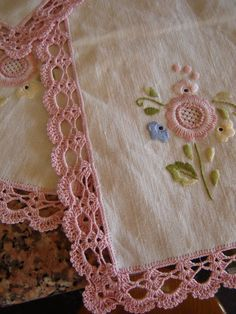 Orilla en crochet y bordado de relleno