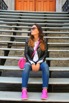outfit with sneakers, nike pink sneakers, outfit inspiration with sneakers, distressed jeans outfit, toronto fashion blogger, srpske blogerke, roze patike i iscepane farmerke, hot pink bag