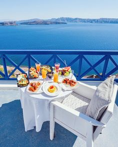 Beautiful Hotels, Beautiful Places, Breakfast Around The World, Hotel Breakfast, Breakfast Nooks, Santorini Island, Destination Voyage, Aesthetic Food, Dream Vacations
