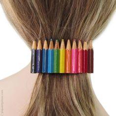 Originale barrette pour cheveux en métal et véritables petits crayons de couleur en bois recouverts de résine. Expédition sous 24H.