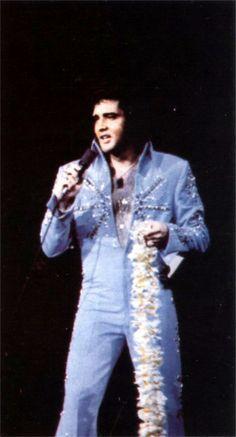 Elvis on stage in Honolulu  ( Hawaii ) in november 18  1972