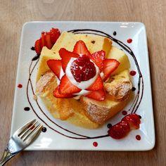 視覚に訴えかけてくる アートを感じるデコレーション。 これは間違いなく カフェ巡りの楽しみのひとつ。  紅ほっぺとミルクのシフォンケーキ🍓 いちごたっぷりで食べごたえ◎  ブックカフェを名乗ってらっしゃるだけあり、ゆっくり読書を楽しめる落ち着いた空間です📚  #シフォンケーキ #cafecrosspoint #カフェクロスポイント