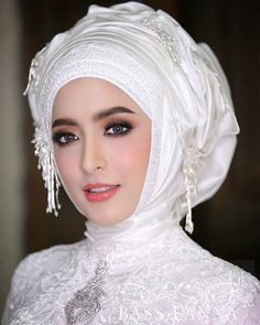 Muslimah Wedding Dress, Hijab Wedding Dresses, Hijab Bride, Girl Hijab, Beautiful Muslim Women, Beautiful Hijab, Wedding Hijab Styles, Muslim Beauty, Bridal Makeup Looks