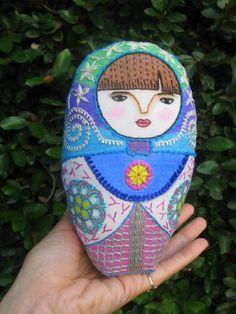 Flora: entrada en mi blog Gineceo. Embroidered matryoshka doll.