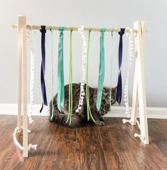 DIY Cat Play Gym via Charleston Crafted Does your cat love strings and ribbons? They will be obsessed with this simple DIY cat play gym that is really easy to make! Diy Cat Toys, Homemade Cat Toys, Pet Toys, Kitten Toys, Diy Laden, Diy Jouet Pour Chat, Cat Tent, Play Gym, Diy Store