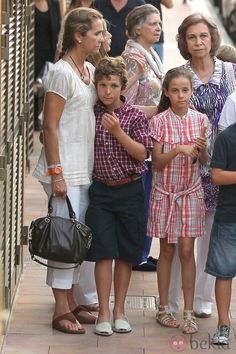 Bekia:  Spanish Royals August 2011-Elena and her children Felipe and Victoria, Queen Sofia, and behind Letizia and Irene (sister of the queen)