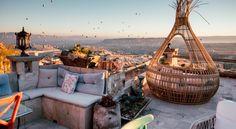 Rox Cappadocia liggeralldeles intill slottet i Uchisar, ocherbjuder panoramautsikt överGöreme och Guvercinlik-dalen frånsina terrasser.