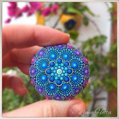 Dies ist eine blaue Blume Stein Mandala mit Details in rosa und lila. Ich habe es genossen so viel schaffen es und glücklich, es gibt für Sie in sie zu verlieben. Es ist ca. 4,25 cm. Durchmesser und es ist mit mattem Lack versiegelt. Es ist geeignet für drinnen zu verwenden. Bitte mit