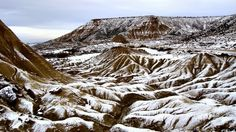 Paisaje nevado en el parque natural de Bardenas Reales en Navarra