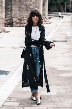 Para usar já: Kimono. T-shirt branca, calça jeans com a barra dobrada, mule metalizado, quimono preto com estampa floral