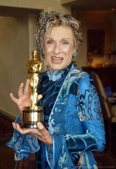"""Cloris Leachman and her Best Supporting Actress Oscar for """"The Last Picture Show"""" (1971)"""