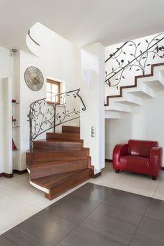 Schody klasyczne z ozdobną balustradą