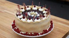 En kage som din farmor lavede den. Sprød makronbund samt solbær og ribs, som findes i enhver dansk have. Denne kage vil hitte hos både børn og voksne.