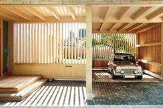 Zwei Loggien und ein Vordach mit angeschlossener Garage verbinden das Haus mit dem Garten. Es ist keine städtische Architektur, sondern ein unverwechselbarer Beitrag zum Bauen auf dem Land | Nuyken von Oefele Architekten ©Günter Laznia, Bregenz