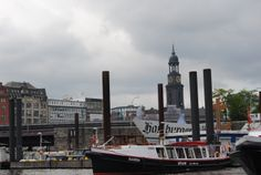 """6º Finally starts the Harbour Trip! First with the bus to the harbour. Our guide name's is Patrick and ask where are we from. He comes """"from... my mother"""". At least he has inherit good sense of humour!// Empieza el recorrido por el puerto, al que hemos llegado en autobus. Nuestro guía se llama Patrick y nos pregunta que de dónde venimos. Él viene """"de... mi madre"""". Al menos tiene buen sentido del humor. New York Skyline, Travel, Hamburg, Germany, Photos, Viajes, Traveling, Trips, Tourism"""