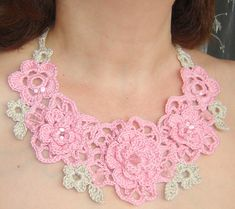 Pink and beige flowers crochet necklace.  25 dolares largo regulable (amarra atras) ancho 2-8 cms