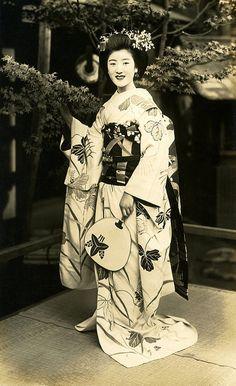 Maiko Hisagiku by a Maple Tree 1930s