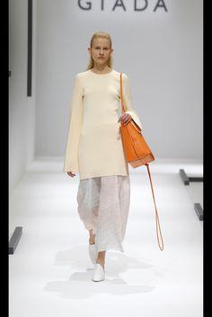 Guarda la sfilata di moda GIADA a Milano e scopri la collezione di abiti e accessori per la stagione Collezioni Primavera Estate 2016.