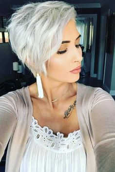 long pixie hairstyles A long pixie cut is the definition of versatility combined with style. There are options for all the face shapes and hair types. Blonde Pixie Cuts, Short Hair Cuts, Short Hair Styles, Cute Pixie Cuts, Ice Blonde Hair, Platinum Blonde Hair, Platinum Blonde Pixie, Icy Blonde, Long Pixie Hairstyles